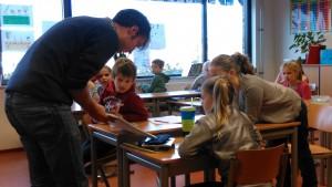 Sybren van Wayenburg tijdens de voorleesdagen op een basisschool in Reeuwwijk